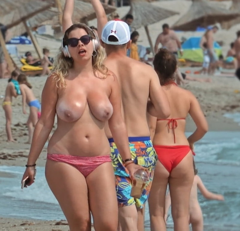 Milf-on-the-Beach-for-Topless-Lovers-c7140no4jy.jpg