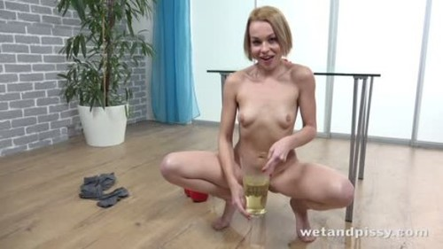 Rebeca Taking A Golden Shower - Extreme Pissing Video