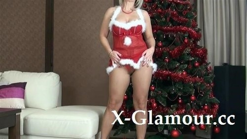 Mature Mom Dressed In A Sexy Christmas Outfit [HD]