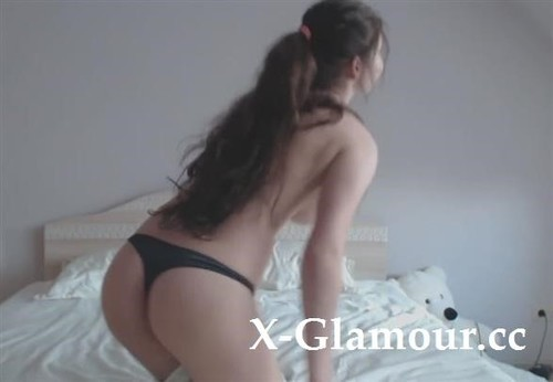 Cute Girl Undresses And Seduces Us With Her Curves [HD]