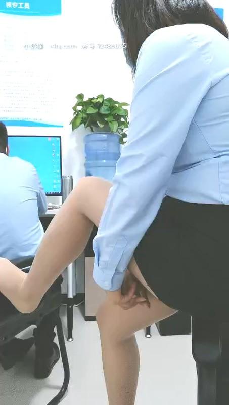 电信营业厅女职员娜娜姐上班玩跳弹,制服丝袜诱惑逼里塞跳蛋玩弄