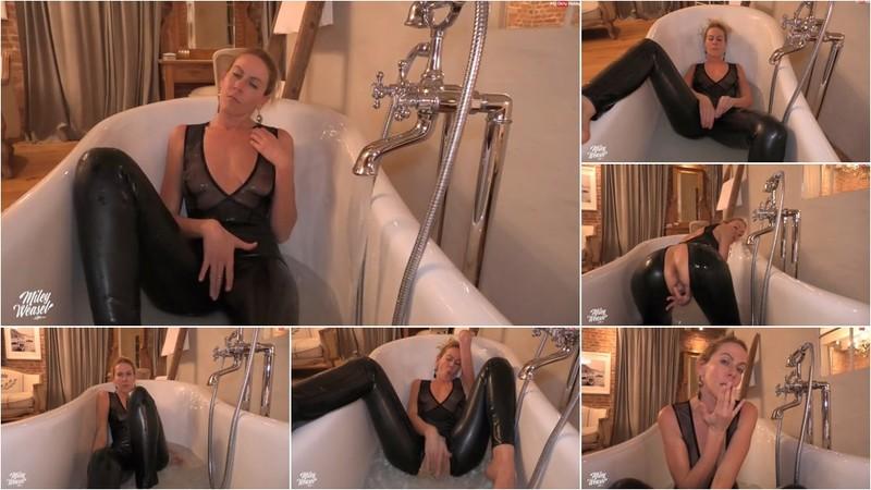 Miley-Weasel - Heiße BadeNummer im geilen Latexoutfit (1080P/mp4/112 MB/FullHD)