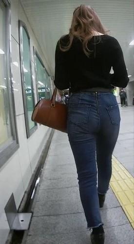 後ろのチャックを下ろしたい美人お姉さんのジーンズ尻