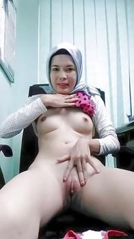 Tante Jilbab Pamer Memek Pink Mulus