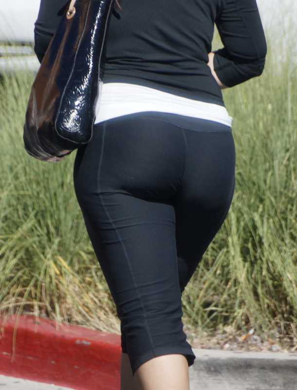 awesome milf booty in capri leggings