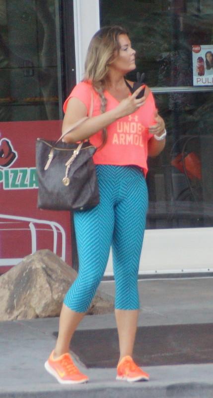 curvy babe in green yogapants