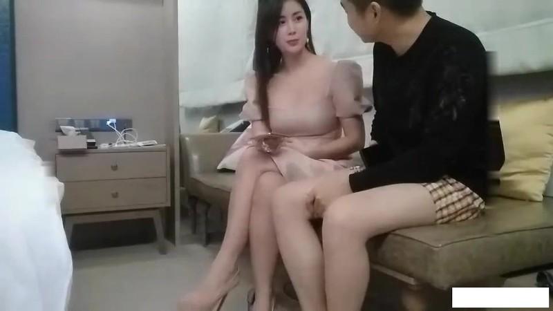 絕美氣質新加坡外圍美女中文不太流利 ,美腿高跟鞋身材肉肉 ,舔屌調情埋頭插嘴 ,上位騎乘張開雙腿 ,大力抽插猛操