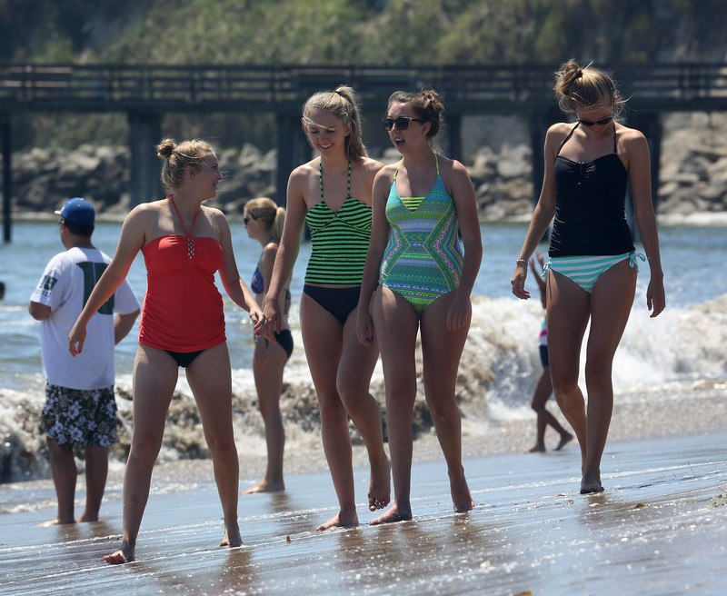4 beautiful lesbian coed girls awesome beach voyeur pictures