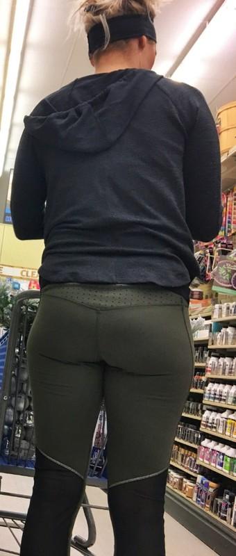shopper milf in sexy green leggings