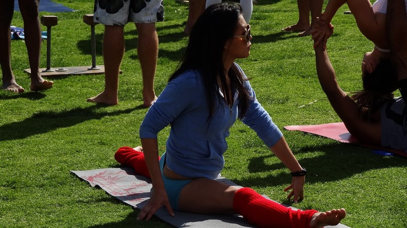 fitness babe in blue yogashorts