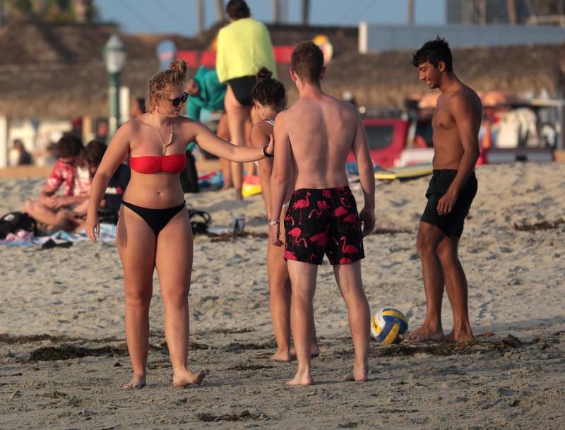beach volleyball babe in candid bikini