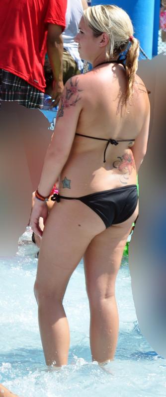 tattoed lady in sexy black bikini