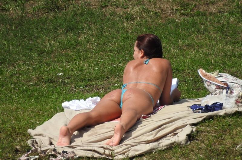 mature booty in cyan bikini