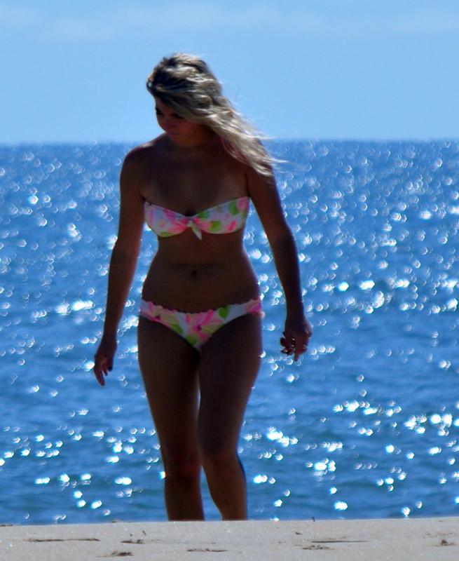curvy babe in strapless bikini