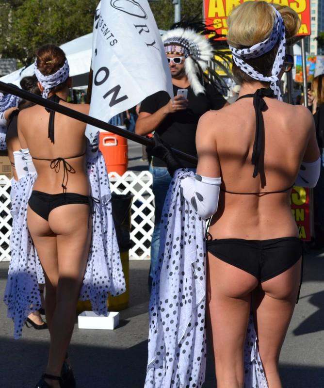 bubble butt promo girls in sexy bikinis