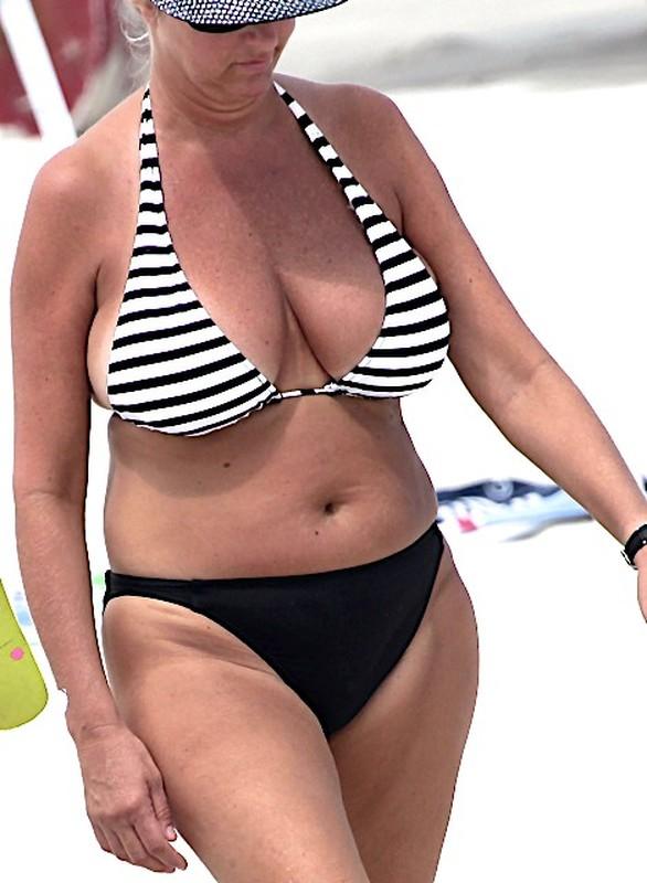 busty milf in candid bikini