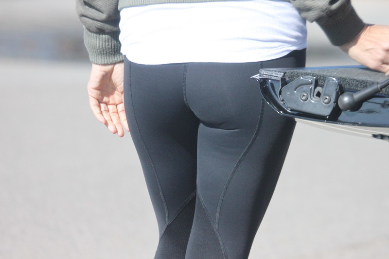 blonde chick booty in lululemon yoga pants