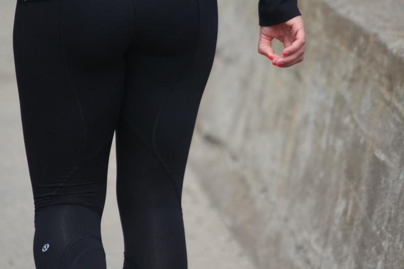 stunning milf booty in lululemon yogapants