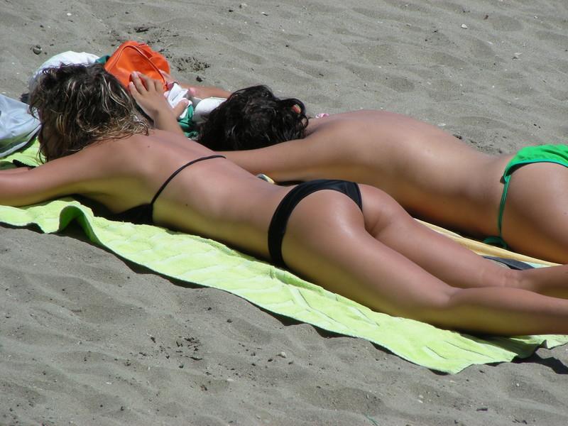 2 lesbian girls in black & green bikini