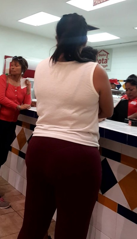 latina milf booty in maroon leggings