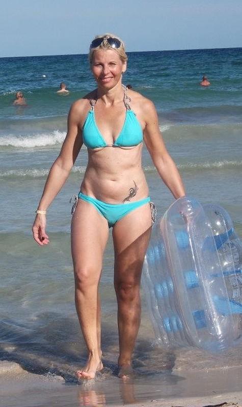 sneeky pics of hot milf in wet bikini