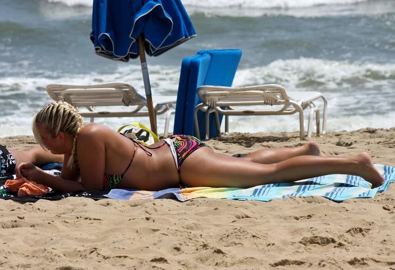 thick girls enjoying the beach