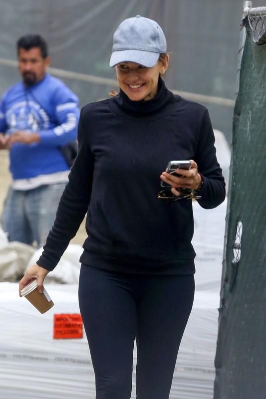 attractive babe Jennifer Garner in yoga pants