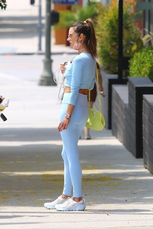 sport milf Alessandra Ambrosio in blue leggings