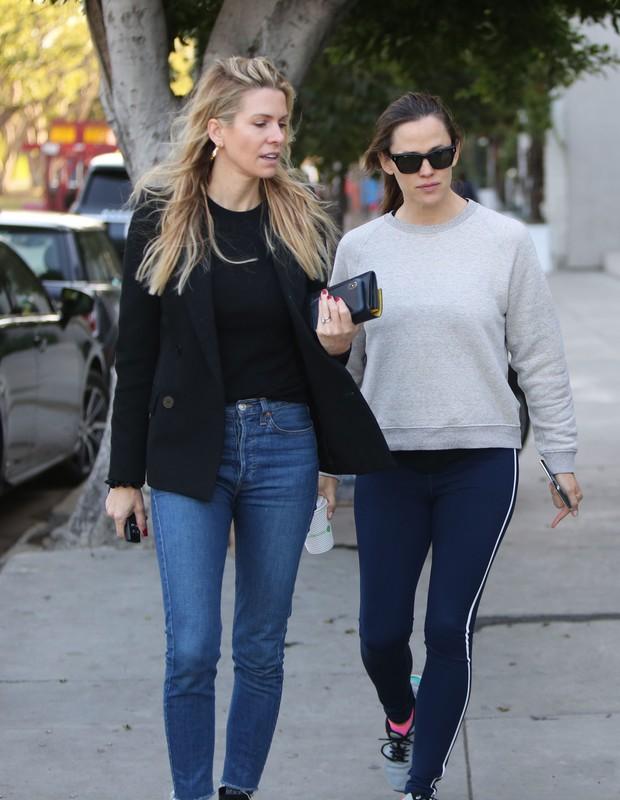 pretty babe Jennifer Garner in blue fitness leggings