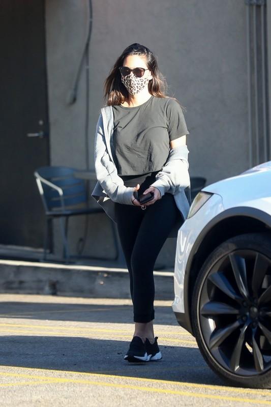 sporty milf Olivia Munn in black yogapants
