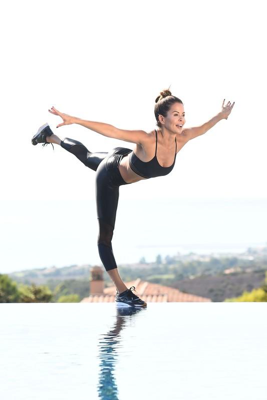 sexy milf Brooke Burke in sexy fitness uniform