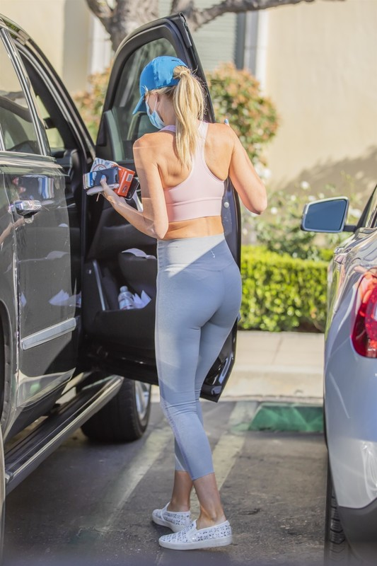 blonde chick Hayley Roberts Hasselhoff in sexy fitness outfit