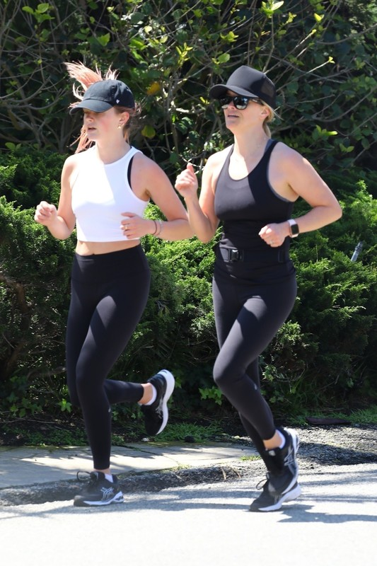 Reese Witherspoon & Ava Phillippe in sexy jogging leggings