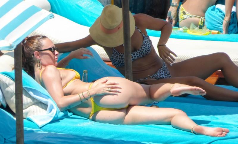 gorgeous babe Rumer Willis in yellow bikini