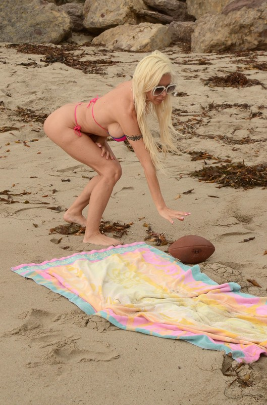 blonde milf Angelique 'Frenchy' Morgan in sexy bikini