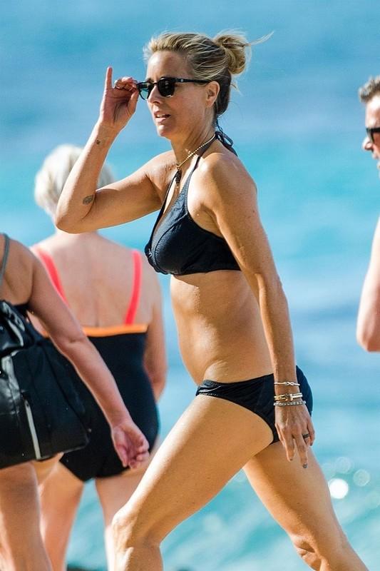awesome milf Tea Leoni in sexy navy blue bikini