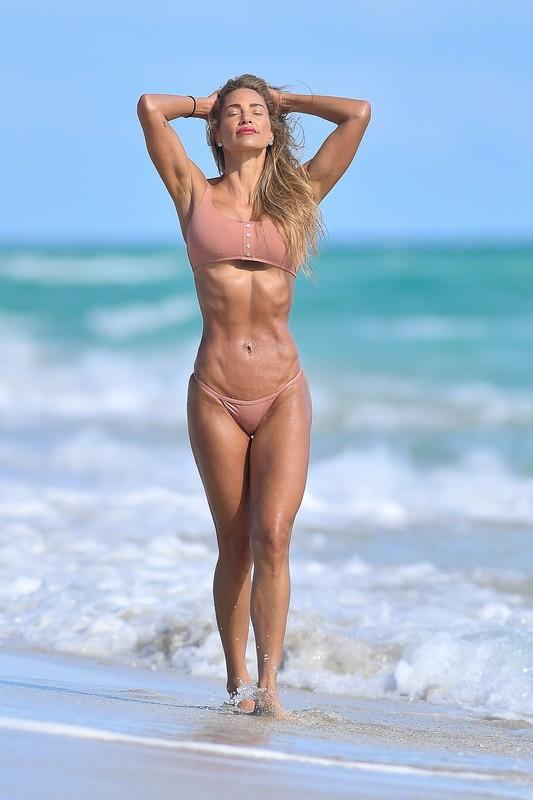 sporty milf Jennifer Nicole Lee in kinky bikini