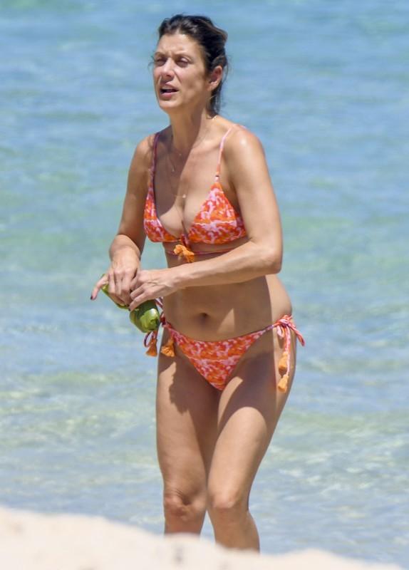 fabulous milf Kate Walsh in sexy bikini