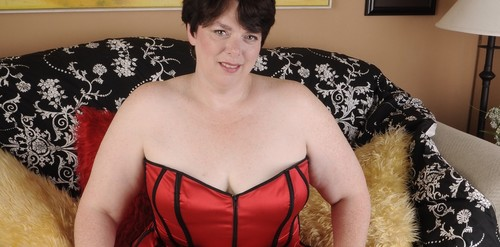 Mature.nl- Sexy chubby housewife licking her nipples