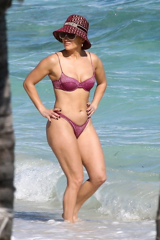 curvy babe Jennifer Lopez in purple bikini